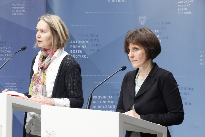 L'assessora Waltraud Deeg e Michaela Stockner dell'Agenzia per la famiglia della Provincia di Bolzano