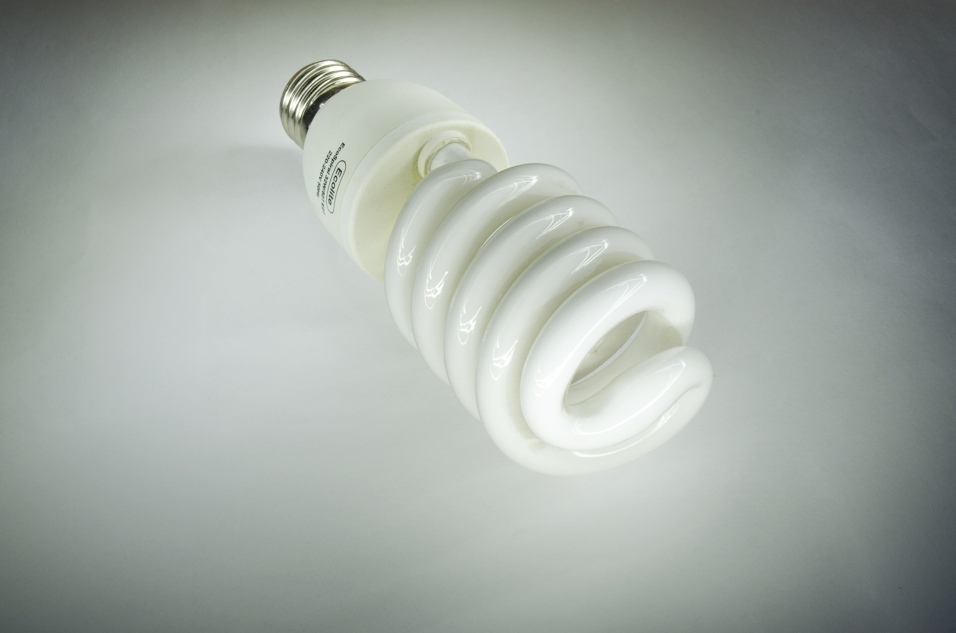 lampadina-risparmio-energetico-lamp-393176_1920