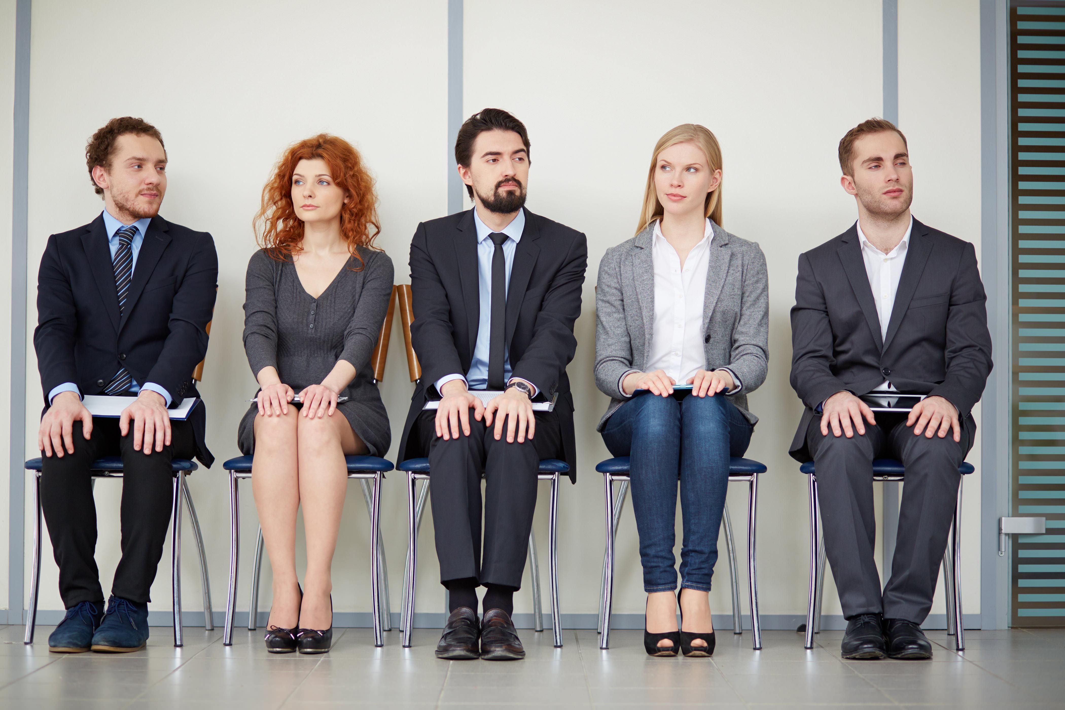 Ufficio Lavoro : Segretaria si distrae durante lo stressante lavoro d ufficio
