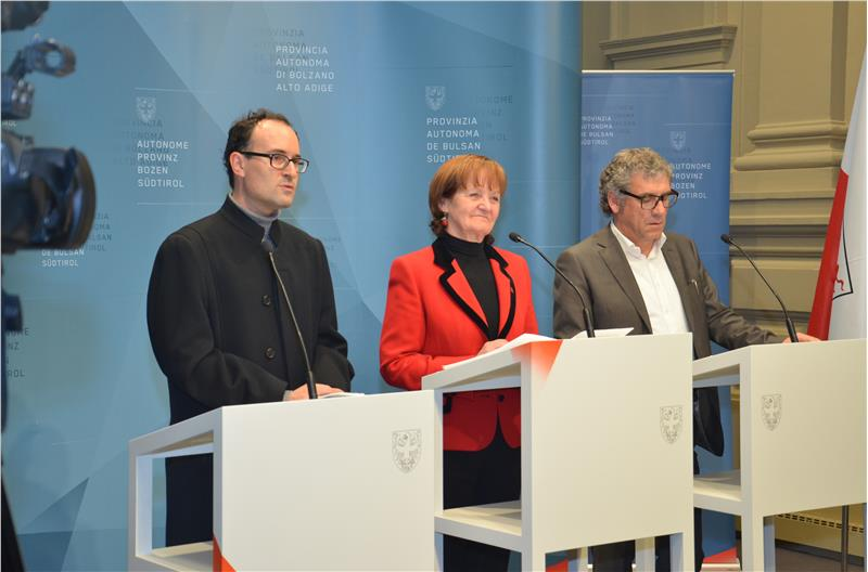 L'assessora Martha Stocker fra il direttore dell'Ufficio ospedali Ulrich Seitz e il presidente del Consorzio dei Comuni, Andreas Schatzer