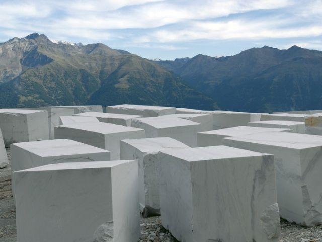 Der weiße Laaser Marmor wird hoch am Berg aus dem Fels gebrochen, in das Tal gebracht und dort in großen Blöcken gelagert.