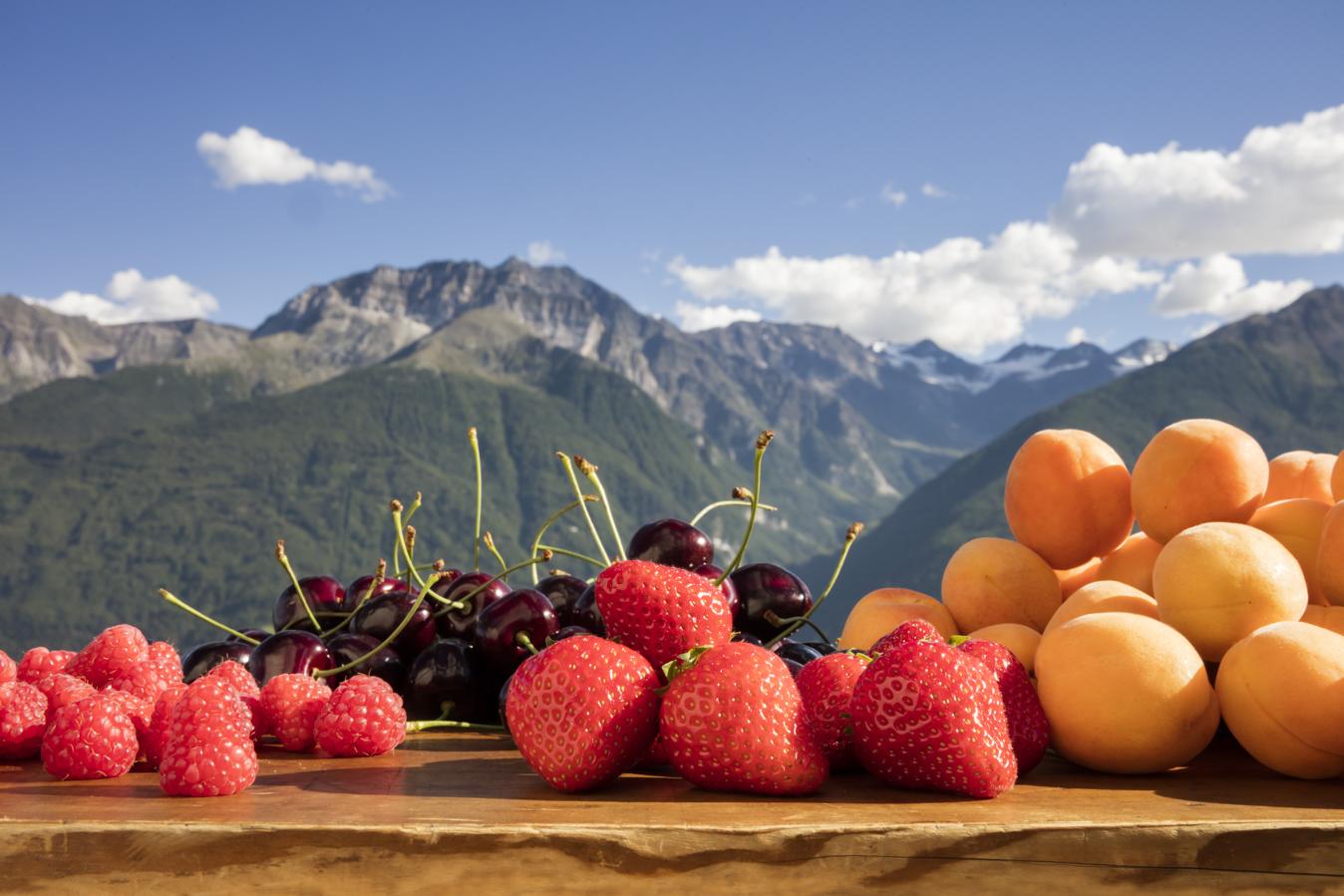 Suedtirol, Vinschgau, bei Tanas, Beeren, Marillen, Aprikosen, Kirschen, Himbeeren, Erdbeeren,