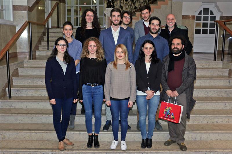 La consulta giovani di lingua italiana con (a destra) Luca Bizzarri, direttore dell'ufficio politiche giovanili
