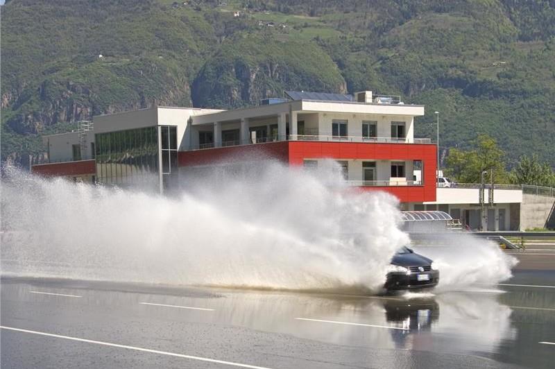 Corsi di guida sicura al Safety Park di Vadena, la struttura compie 10 anni