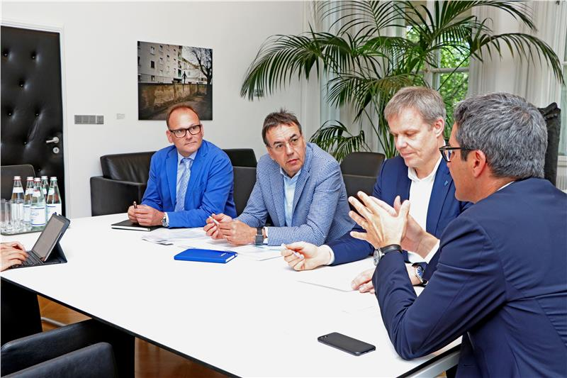 Prima visita ufficiale: da sx Pellegrini, il direttore Bernhard Hilpold, Moser e Kompatscher