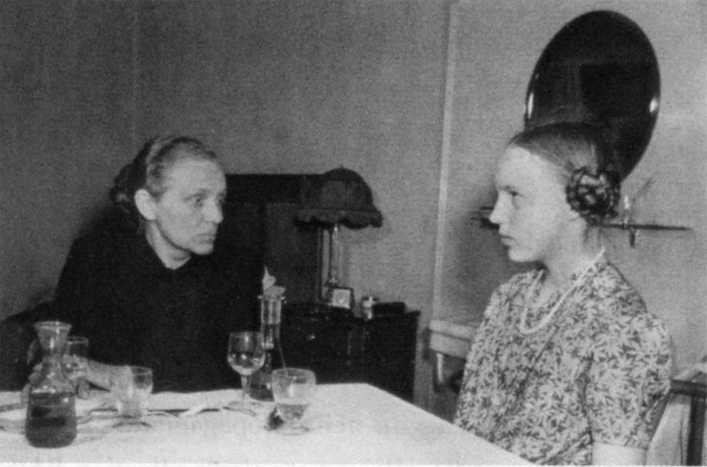 "Margarete e Gudrun Himmler a Selva di Val Gardena nel 1945. (National Archives and Record Administration, College Park, Maryland USA)"""